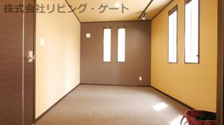 1階の4.8帖の洋室 リビングと続き間になっています。