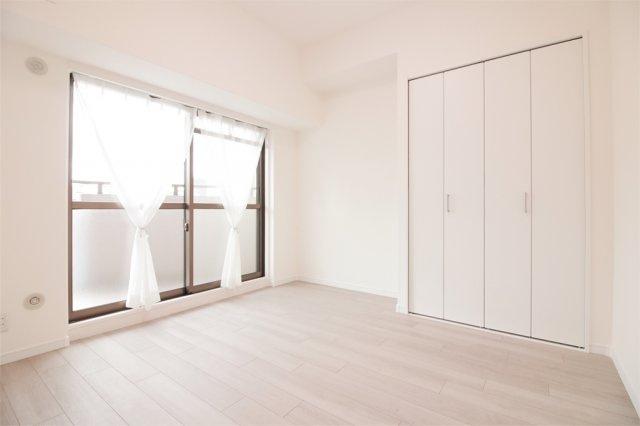 【洋室5.4帖】東バルコニーに面した明るいお部屋です☆