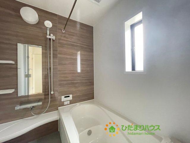 アクセントクロスがオシャレな浴室!足を伸ばしてゆっくりおくつろぎいただけます♪