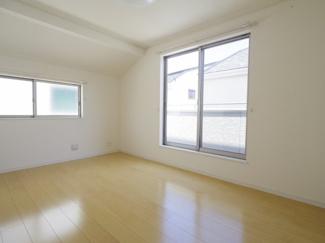 2F南西側洋室。主寝室としてお使いいただけます。