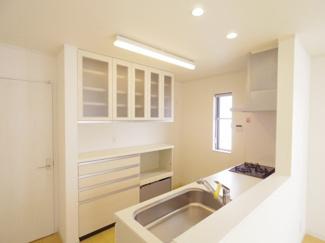 目の前にリビングが広がる対面キッチンは子育て中のご家族にもうれしいつくり。豊富な収納で使いやすいキッチンです。カップボードも付いています。