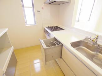 「ビルトインタイプ食器洗乾燥機」通常の手洗いでは使用出来ないほど高温のお湯や高圧水流を使うことにより汚れを効果的に落とすことができます。