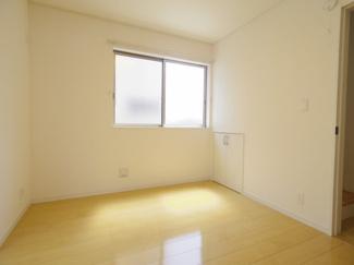 1Fの洋室です。LDKと接していますので合わせて広大な空間として使用できます。
