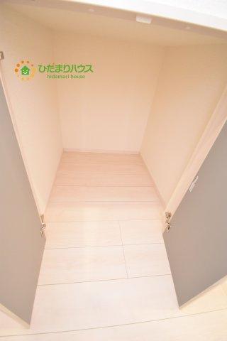 階段下に収納スペースがあるので、便利です☆彡