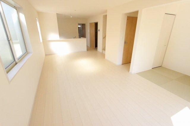 ゆったりとした居間です:建物完成しました♪♪毎週末オープンハウス開催♪八潮新築ナビで検索♪