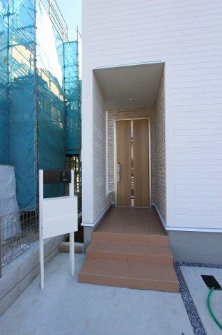 玄関です:建物完成しました♪♪毎週末オープンハウス開催♪八潮新築ナビで検索♪