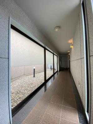 オートロックを抜けると広がる屋内廊下です。
