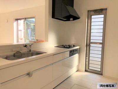 【同社施工事例写真】2階に位置するキッチンはお料理しながらリビング・家族を見渡せる対面キッチン♪家族の会話もはずみます♪床下収納庫や通風・明かり採りに便利な窓も完備!
