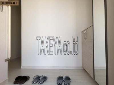 【同社施工事例写真】玄関の悩みといえば靴の収納です。家族が多いとその分靴も増えてしまいます。常にスッキリな玄関でいられるよう、充分なシューズボックスを装備しています