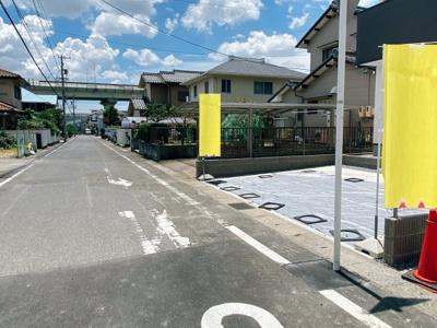 公道南東側6mに接道しています。車通りも少なく緑豊かな住環境♪