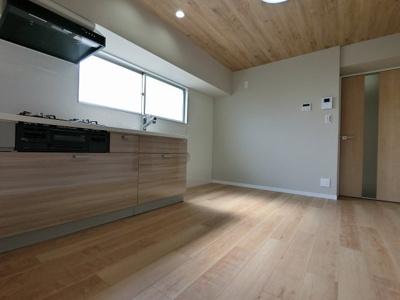 6.0帖のダイニングキッチンは窓に面しており採光・風通し◎ 来客時に便利なモニターインターホン設置♪