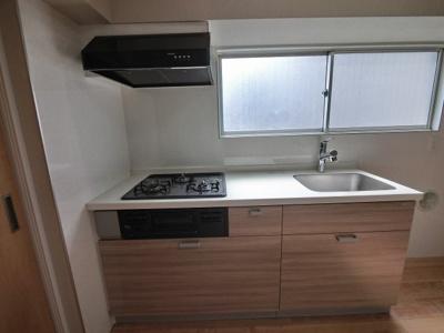 3口ガスコンロのシステムキッチンです。 窓が大きいため風通しが良く換気もできます♪