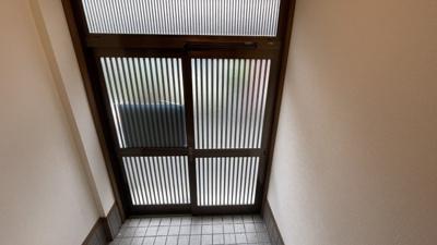 玄関は引き戸になっています。シンプルな玄関です。