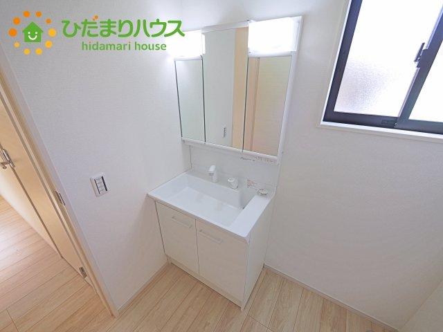 三面鏡の大きな鏡は憧れます(^^♪ 鏡の後ろは収納となっていて、細かいものでも収納できるのでスッキリと整理できます!