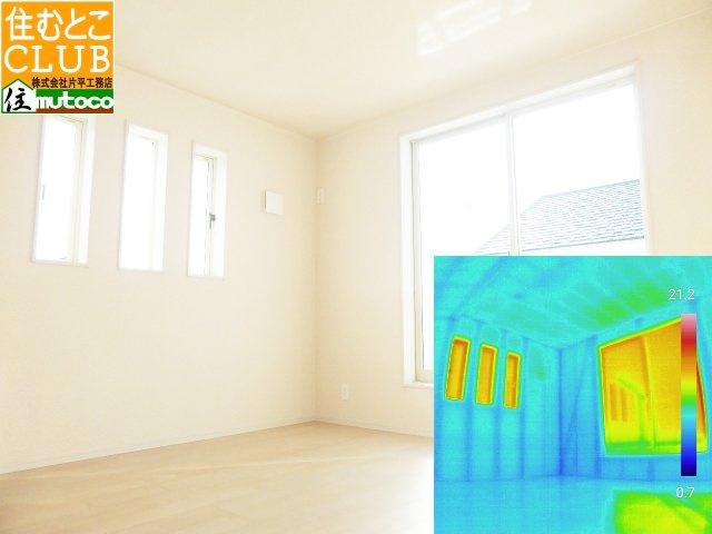 内部壁と床の断熱材、気密充填不足により床下の冷気上がりが無いか、サーモグラフィでご確認■片平工務店