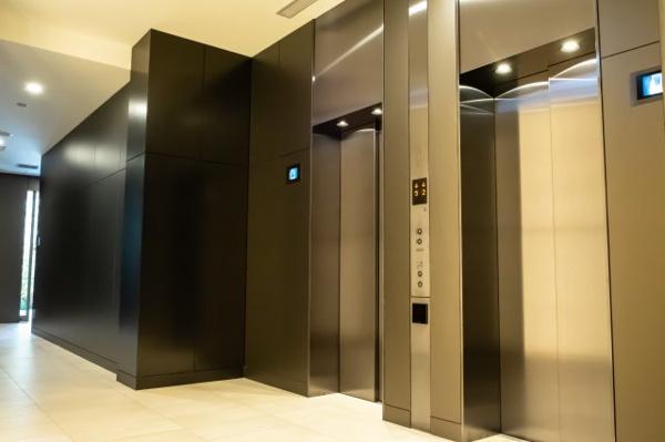 【エレベータ―ホール】計4基のエレベーターは居室までスムーズに誘導してくれます。
