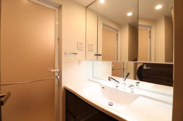 【独立洗面台】大きな鏡の洗面台です!鏡裏収納もあるので細かいものは収納しスッキリと使っていただけます◎