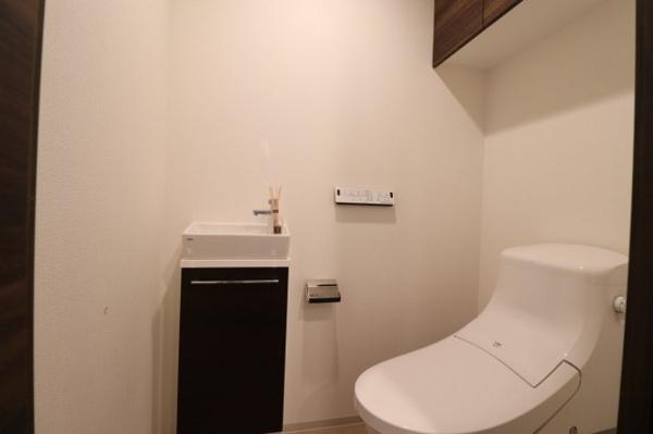 【トイレ】タンクレス、手洗いカウンター別で高級感がございます。