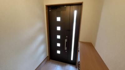 玄関です。明るく、シューズボックスもあります。