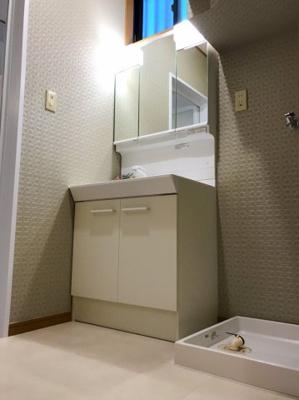 洗面室は濃いめのカラーのクロスでシックな空間になっています♪