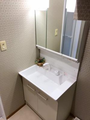 三面鏡付き、シャワーヘッド付の洗面台です♪