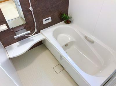 アクセントパネルがオシャレな浴室です♪ベンチタイプの浴槽は半身浴ができますが、節水としての効果があるのは意外と知られていません♪