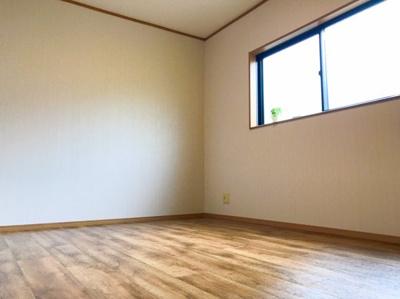 2階への階段を上がって右手の6帖の洋室です♪天井収納庫のあるお部屋になります♪