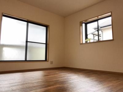 ≪バルコニーに面した洋室≫ 8帖の洋室です♪南と東に窓があるのでとても明るいお部屋です♪