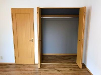 ≪バルコニーに面した洋室≫ 8帖の洋室の収納です♪1帖サイズのクローゼットです♪
