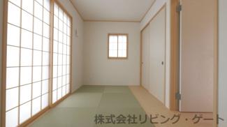 リビング隣接の5帖和室 とても明るいお部屋です。
