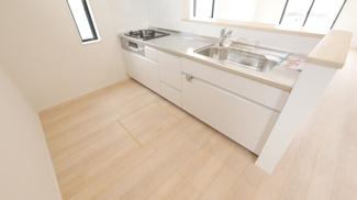床下収納付のキッチン 機能的なシステムキッチン