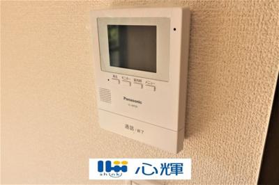 玄関にはTVモニター付きインターホン(カメラ)を設置。セキュリティも安心です。