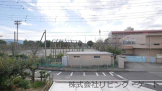 南側は新田小学校