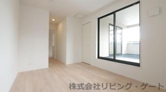 2階洋室約7帖 南向き インナーバルコニーへのアクセル可能