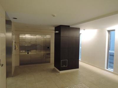 集合ポスト、宅配ボックス。電子キーと連動でかざすだけで扉が開きます。