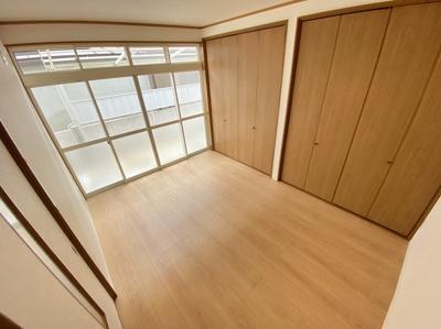 「1階洋室」一面がクローゼットになっている洋室です