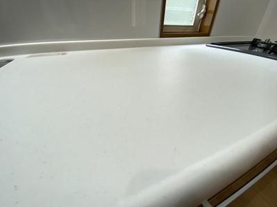 キッチンのワークトップは人工大理石になっております