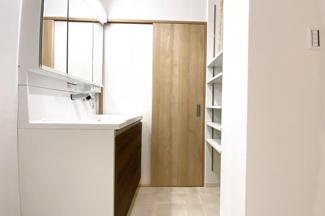 《2WAY》で便利な洗面室には、稼働棚もありとても便利です。新調済の洗面化粧台は収納たっぷり!三面鏡の裏側も収納になっているので小物が片付いてスッキリ♪