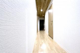 天井を木目調に仕上げていますので、室内がお洒落な空間になっています。実際に室内をご覧いただけます。お気軽にお問い合わせ下さい(^^)/