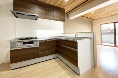 使い勝手のよいL字型のシステムキッチンは、環境にも奥様の手にも優しい《食器洗浄乾燥機》付きです。