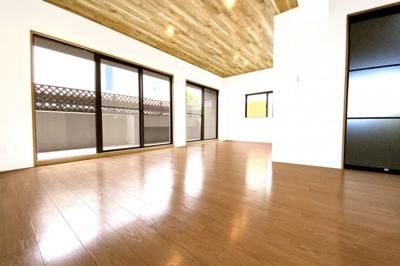 18.9帖の広々としたLDKは南西側に大きな窓があります。また《角部屋》につき2面採光で明るく風通しのよい室内です。