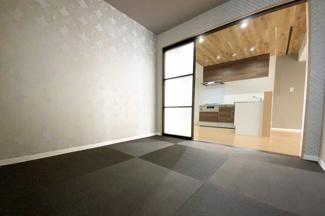 LDK続き《和室4.5帖》の扉はパネルタイプ・ブラックの琉球畳でお洒落な空間です♪