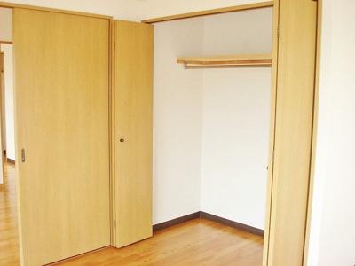 洋室6.9帖のお部屋にあるクローゼットです♪お洋服をたくさんお持ちの方でも安心の収納力です◎※参考写真※