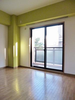 クローゼットのある南向き角部屋二面採光洋室6.9帖のお部屋です!お洋服の多い方もお部屋が片付いて快適に過ごせますね♪