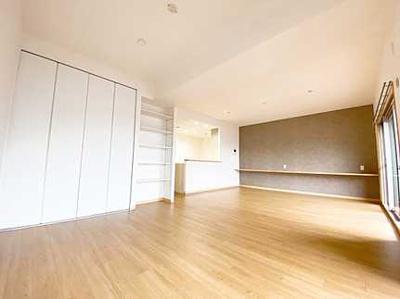 【収納力がポイント!】 収納の多さも魅力です! 使い勝手の良い収納棚を設置しております。 居住スペースを充分に確保することができる為、 ゆとりある室内で、ゆっくりとご寛ぎいただけます。
