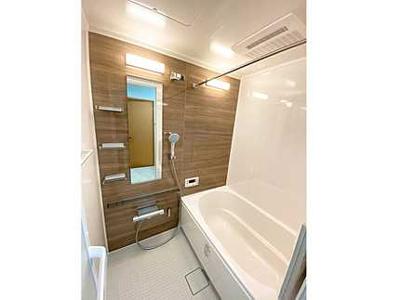 【バスルームの明るさがポイント!】 明るい浴室、浴室乾燥機付きであり、 LEDのフラット照明は、明るさはもちろん、 お手入れも楽々です♪