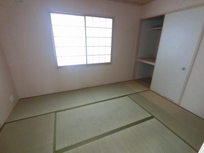 6.0帖の和室です。 引戸を開けてリビングの一部としても◎