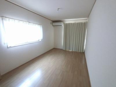 8.0帖の洋室です。 ベッドも2つは置けますので、主寝室として使いやすいですね。