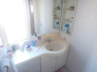 広々とした独立洗面台。お化粧も出来ちゃいますね!