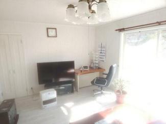 10帖のリビングも日差しがお部屋に入り込み明るくしてくれます。